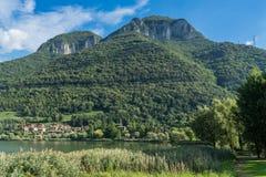 SJÖ ENDINE, LOMBARDY/ITALIEN - SEPTEMBER 19: Sikt av sjön Endine Arkivfoto
