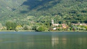 SJÖ ENDINE, LOMBARDY/ITALIEN - SEPTEMBER 19: Sikt av St Michael Royaltyfri Bild