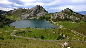 Sjö Enol i Asturias, Spanien Arkivbild