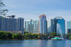 Sjö Eola, höghus, horisont och springbrunn i stadens centrum Orlando, Florida, Förenta staterna, April 27, 2017 fotografering för bildbyråer