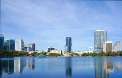 Sjö Eola, höghus, horisont och springbrunn i stadens centrum Orlando, Florida, Förenta staterna, April 27, 2017 Royaltyfri Fotografi