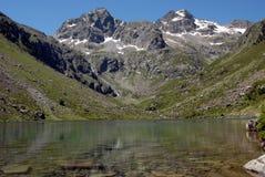 Sjö Estom i de franska Pyreneesna fotografering för bildbyråer