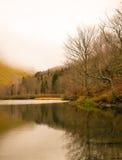 Sjö för högt berg i höstmist Royaltyfri Fotografi