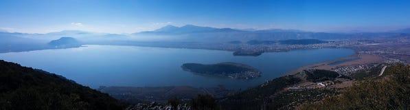 Sjö för Ioannina stadspanorama i höstmorgonen Epirus Grekland Royaltyfri Bild