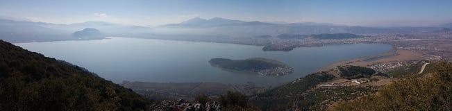 Sjö för Ioannina stadspanorama i höstmorgonen Epirus Grekland Arkivfoton