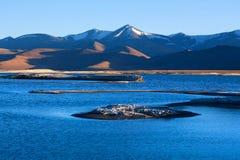 Sjö för salt vatten för Tso Kar i Ladakh, Jammu and Kashmir, norr Indi arkivbilder