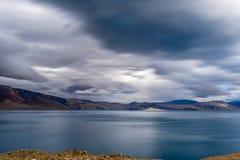 SJÖ för TSO MORIRI med molnig himmel för flöde och lugna vatten i sommar Leh Ladakh, Jammu and Kashmir, Indien arkivbilder