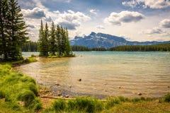 Sjö för två stålar i den Banff nationalparken med Mt Rundle i bakgrunden Royaltyfri Foto