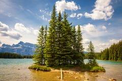 Sjö för två stålar i den Banff nationalparken med Mt Rundle i bakgrunden Arkivfoton