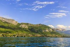 Sjö från Annecy med berg Royaltyfri Foto