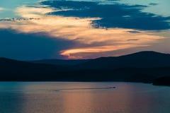 Sjö från höjden av bergen på solnedgången Arkivbild