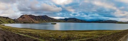 Sjö Frostastaðavatn i regnbågebergen Landmannalaugar Royaltyfri Foto