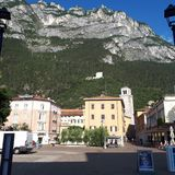 Sjö Garda, bergby, bergskedja, stad, bergiga landforms royaltyfri bild