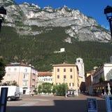 Sjö Garda, bergskedja, bergby, stad, bergiga landforms arkivbilder
