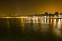 Sjö geneva och stad vid natt Fotografering för Bildbyråer