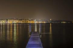 Sjö geneva och stad vid natt Royaltyfri Fotografi