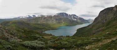 Sjö Gjende från bergskedja Bessenggen Royaltyfria Bilder