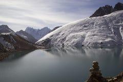 Sjö Gokyo i Himalayas, Nepal Arkivfoton