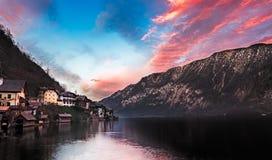 Sjö Hallstatt på solnedgången, Salzkammergut, österrikiska fjällängar Royaltyfri Fotografi