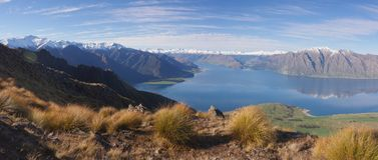 Sjö Hawea och berglandskap Nya Zeeland royaltyfria bilder
