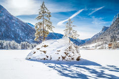 Sjö Hintersee i vintern, Berchtesgadener land, Bayern, Tyskland royaltyfri bild