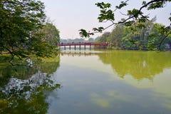 Sjö Hoan Kiem & röd bro i våren Hanoi Vietnam Royaltyfri Fotografi