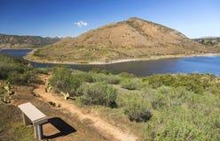 Sjö Hodges och Bernardo Mountain Scenic Landscape San Diego County Poway California Royaltyfria Foton