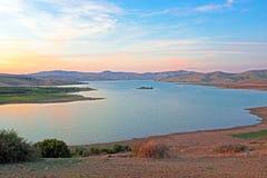 Sjö i öknen på solnedgången i Marocko Royaltyfria Bilder