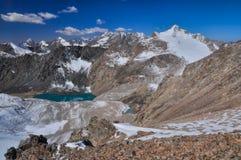 Sjö i alun Archa i Kirgizistan Arkivbilder