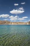 Sjö i berg med genomskinligt vatten Fotografering för Bildbyråer