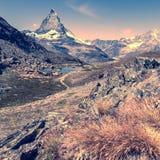 Sjö i berg nära till Matterhorn Fotografering för Bildbyråer
