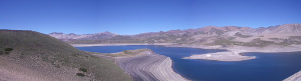 Sjö i bergen Arkivbild