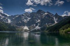 Sjö i bergen, Morskie Oko, Tatra berg, Polen Arkivbilder