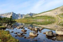 Sjö i bergen i sommar royaltyfri bild