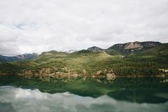 Sjö i bergreflexionen i vattnet arkivfoto