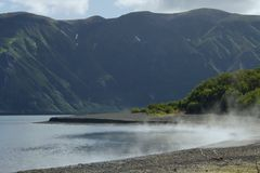 Sjö i de newday bergen arkivbild