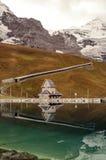 Sjö i de schweiziska fjällängarna Arkivfoton
