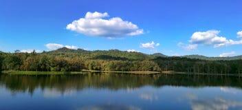 Sjö i den Pongkonsao saraburien Thailand royaltyfria bilder