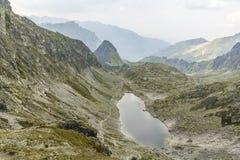 Sjö i den Tatras - Zmarzly Staw fröskidan Polskim Grzebieniem (den Zamrznute plesoen, den Zmrznute plesoen) Royaltyfri Fotografi