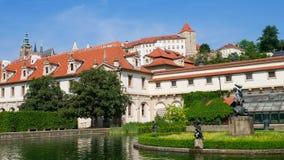 Sjö i den Valdstejn trädgården Prague Tjeckien Hradcany, Mala Strana Royaltyfri Bild
