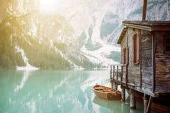 Sjö i en vildmarknatur Braies sjö i italienska dolomites soluppgång för sammansättningsliggandenatur Bakgrund förlägga i barack t Arkivfoton