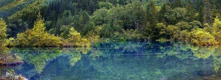 Sjö i jiuzhaigounationalparken, Sichuan, porslin royaltyfri fotografi