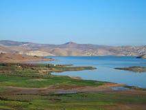 Sjö i moroccan landskap för bergssida i mellersta kartbok Arkivfoto