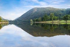 Sjö i nordliga Italien Sjö Ghirla på en härlig sommardag arkivbild