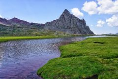 Sjö i Pirineos berg, Spanien royaltyfri foto