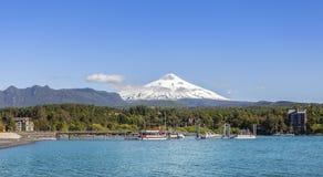 Sjö i Pucon och snö dolda Volcano Villarica Royaltyfri Foto