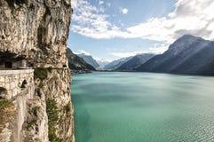 Sjö i schweiziska fjällängar Arkivbilder