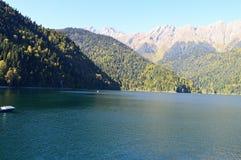 Sjö i sjön för bergKaukasus berg royaltyfria bilder