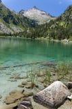 Sjö i sommaren Pyrenees royaltyfria bilder