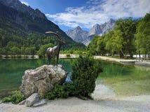 Sjö Jasna och bergsfårstaty i Kranjska Gora, Slovenien Royaltyfri Foto